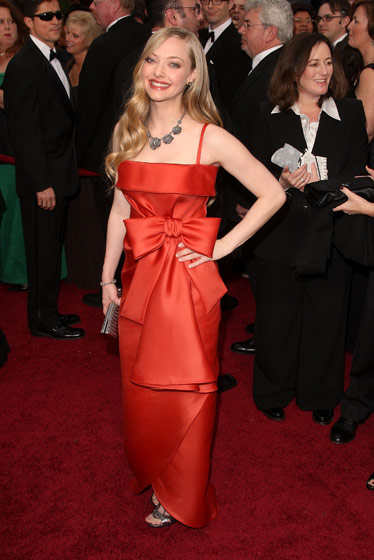 amanda-seyfried-in-valentino-haute-couture-jimmy-choo-shoes-a-clutch-by-kotur-and-fred-leighton-jewelry